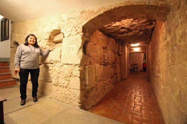 muralla_avinyo3_Cristina Lloré junto restos muralla que descubrió su padre