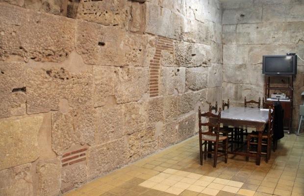 muralla_avinyo4_muralla en una sala de reunion de la entidad