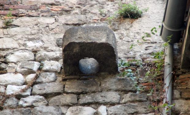 volta_remei1_pedra en forma d'anell que es pensava formava part de l'estructura del velarium del circ romà